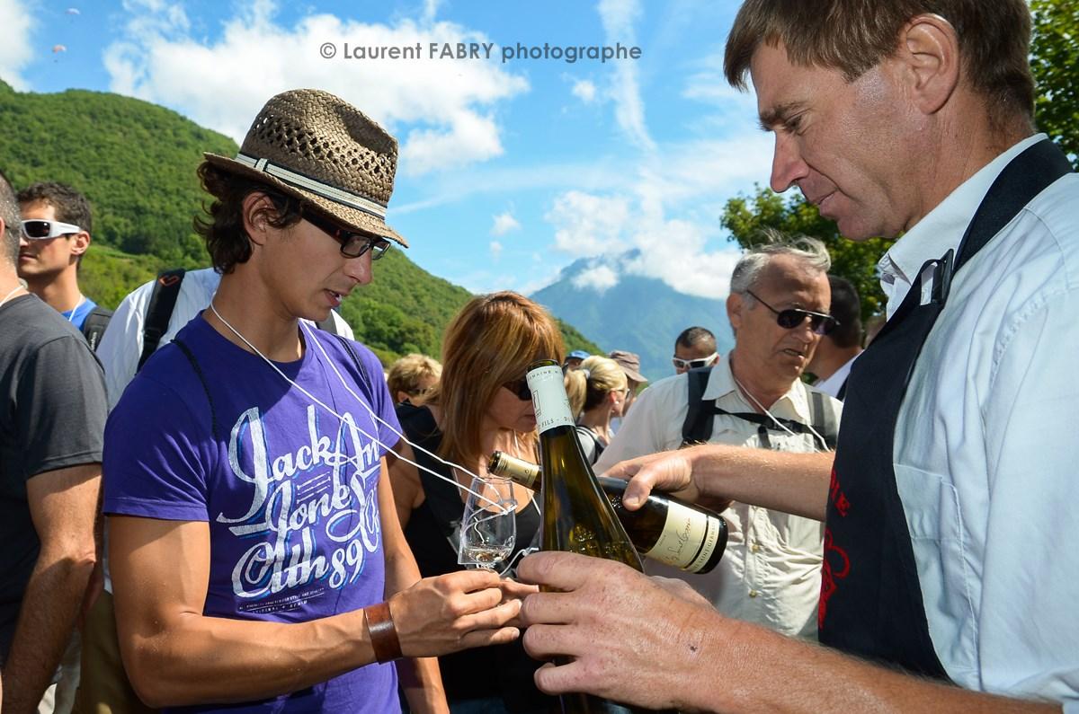 Photographe Tourisme Sur Une Balade Gourmande : Dégustation De Vin En Plin Milieu Des Vignes Pour Les Participants