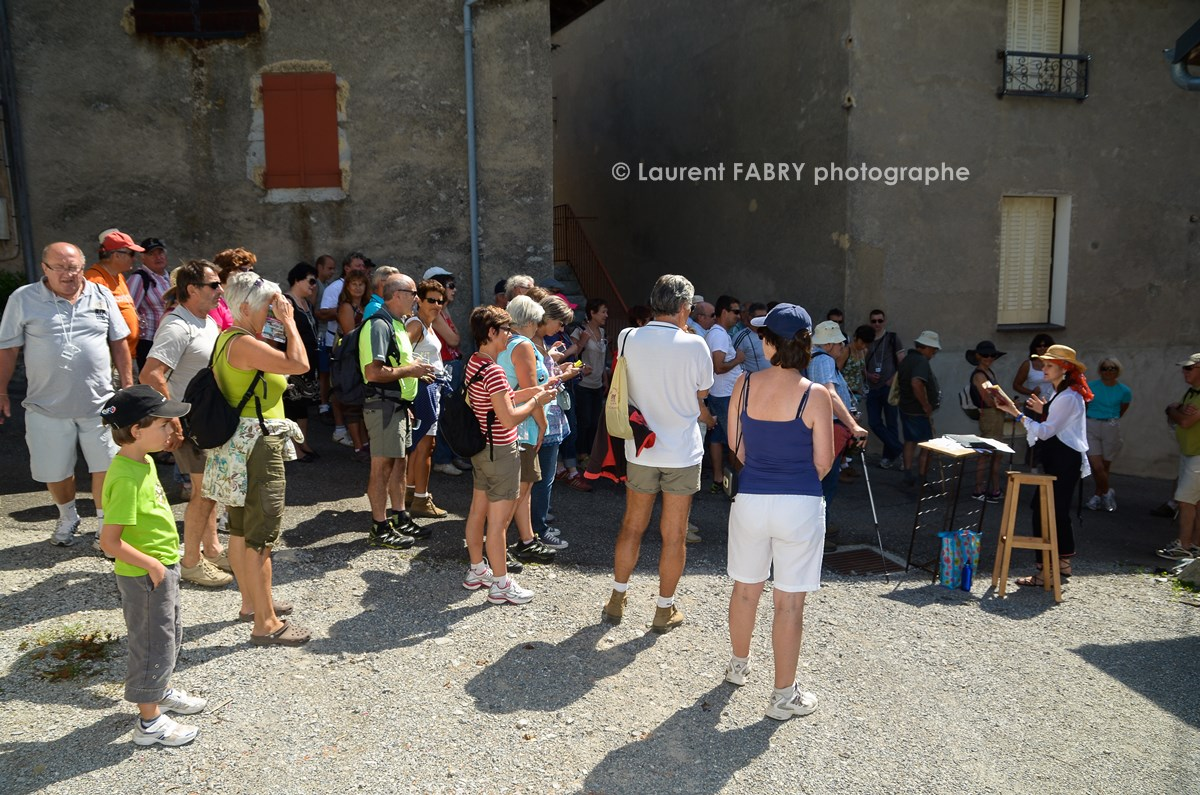 photographe tourisme sur une balade gourmande : les participants écoutent une conteuse au hameau de la Baraterie, à Cruet