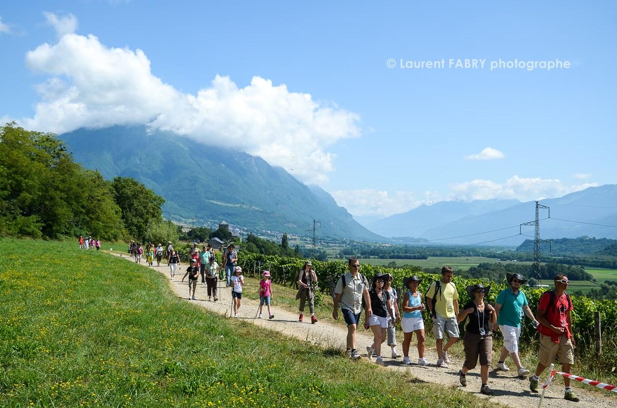 photographe tourisme sur une balade gourmande : des participants avancent sur un chemin