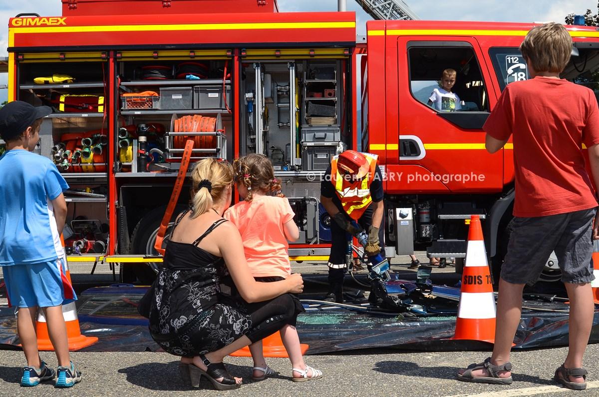 Photographe événementiel Pour Un Centre De Secours En Savoie : Le Véhicule De Secours Routier Et Ses Accessoires Font La Curiosité Des Spectateurs