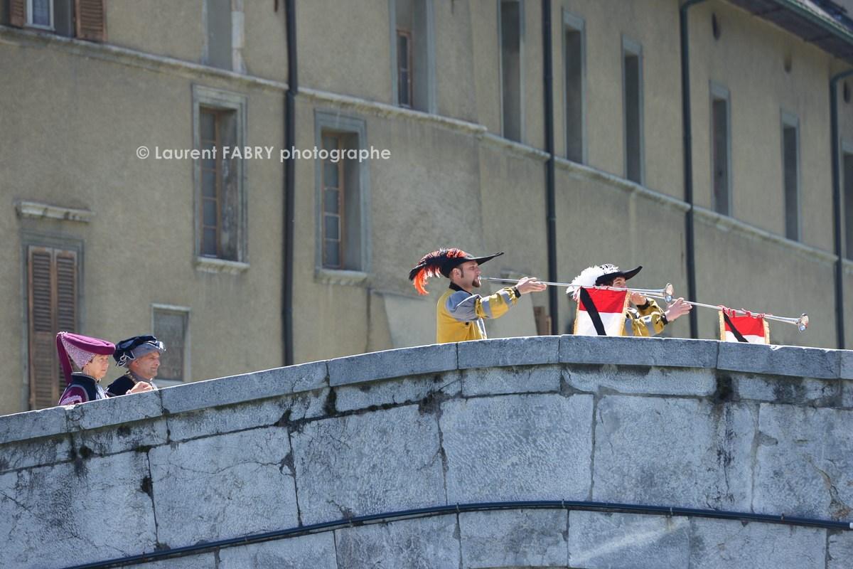Photographe tourisme en Tarentaise : DéŽfiléŽ du carnaval de Verrès sur le pont de la cathédrale à Možûtiers