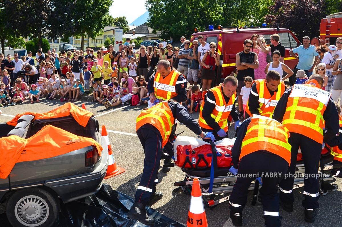 Photographe événementiel Pour Un Centre De Secours En Savoie : Manoeuvre De Secours Routier Par Les Sapeurs Pompiers Devant Le Public