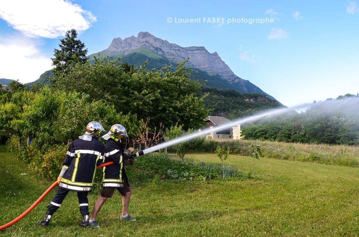 Photographe événementiel Pour Un Centre De Secours En Savoie : Les Sapeurs Pompiers Volontaires Font Découvrir Aux Adultes Le Maniement De La Lance à Incendie