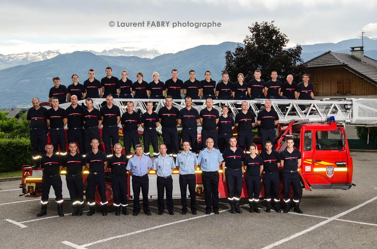 Photographe événementiel Pour Un Centre De Secours En Savoie : Photo De Groupe Du Centre De Secours Devant Un Véhicule De Grande échelle