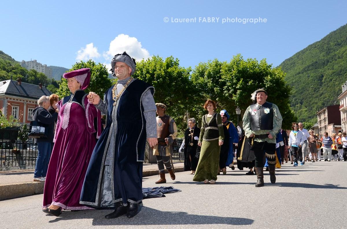 Photographe tourisme en Tarentaise : DéŽfiléŽ du carnaval de Verrès, sur un des ponts de Možûtiers