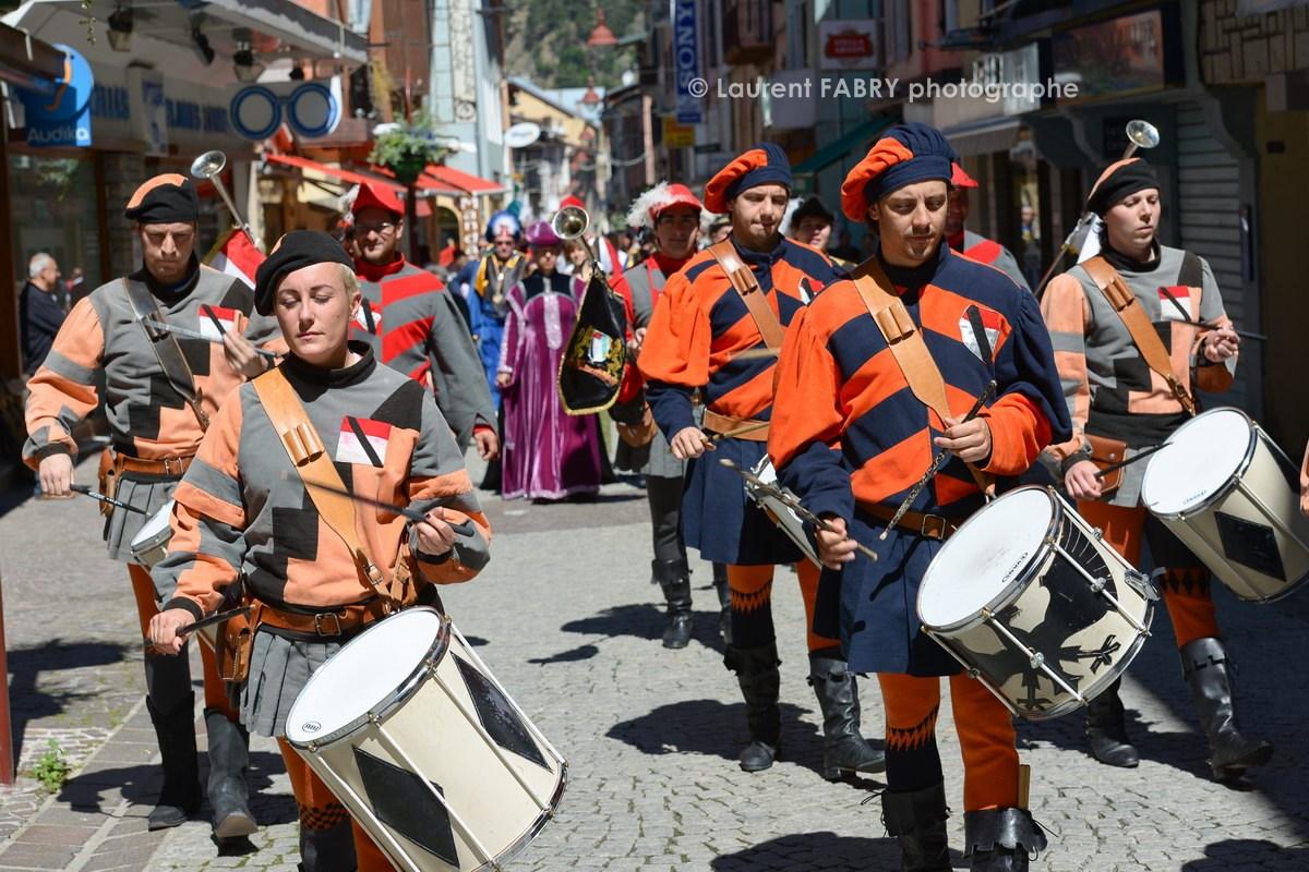 Photographe tourisme en Tarentaise : DéŽfiléŽ du carnaval de Verrès, dans les rues de Možûtiers, accompagnéŽ des membres du Sarto Savoyard