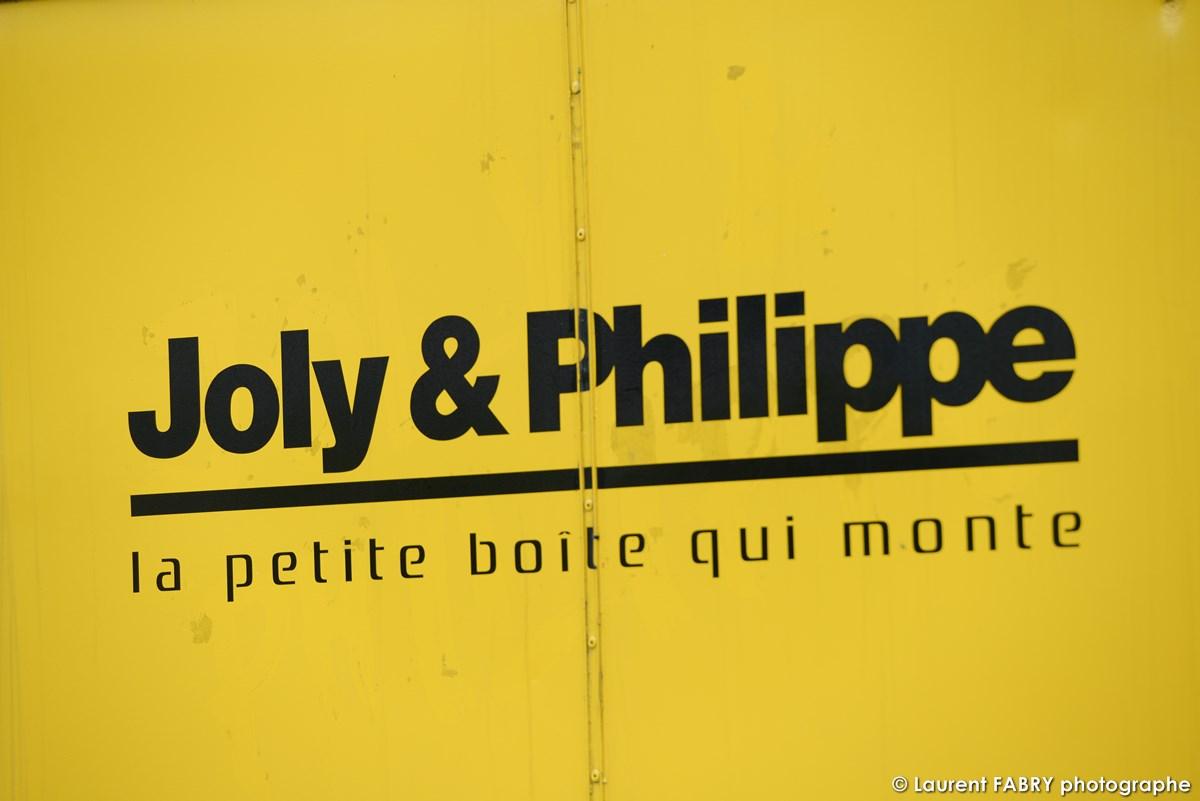 Photographe événementiel à Albertville : Logo De L'entreprise Imprimé Sur Les Murs De Ses Locaux