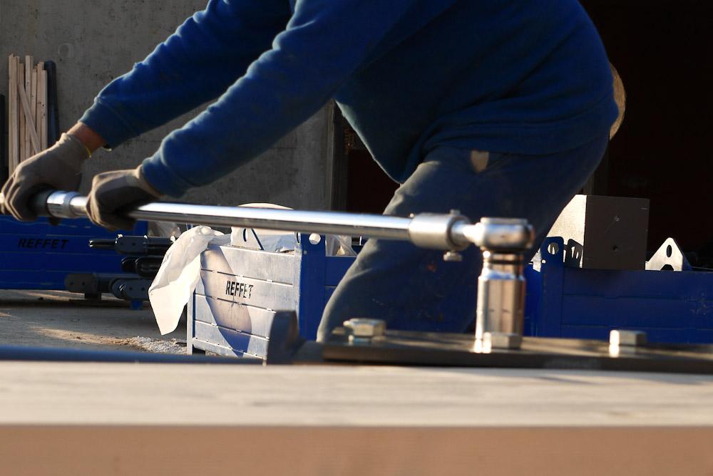 Photographe De Chantier En Combe De Savoie : à Saint-Pierre D'Albigny : Serrage D'un écrou Sur Des éléments De Charpente Bois-métal