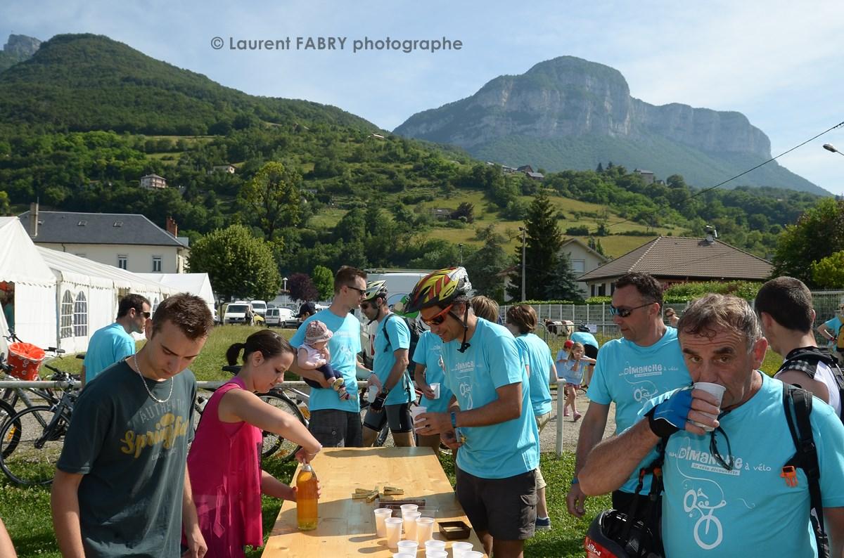 Photographe Urbanisme à Chambéry : Ravitaillement Pour Les Cyclistes Sous Les Montagnes Du Massif Des Bauges