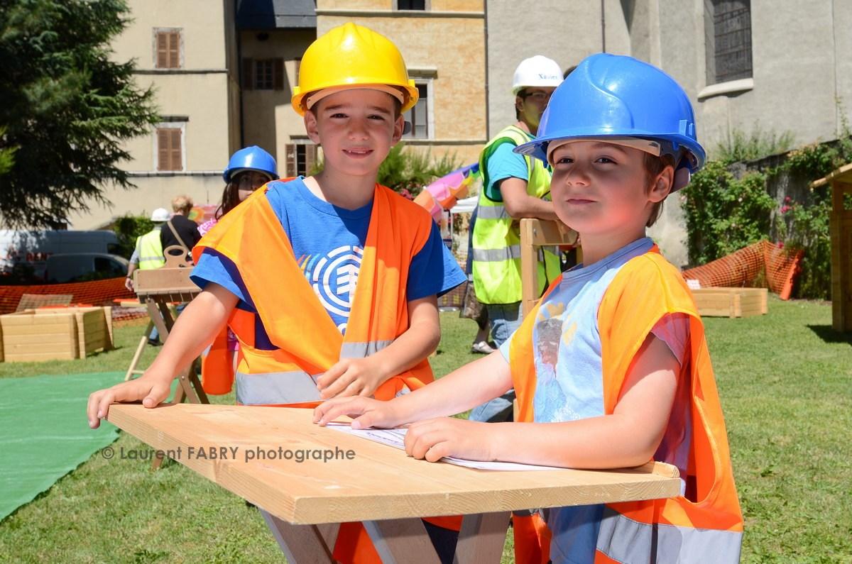 Photographe tourisme en Tarentaise : Village enfants (kid eco construction)