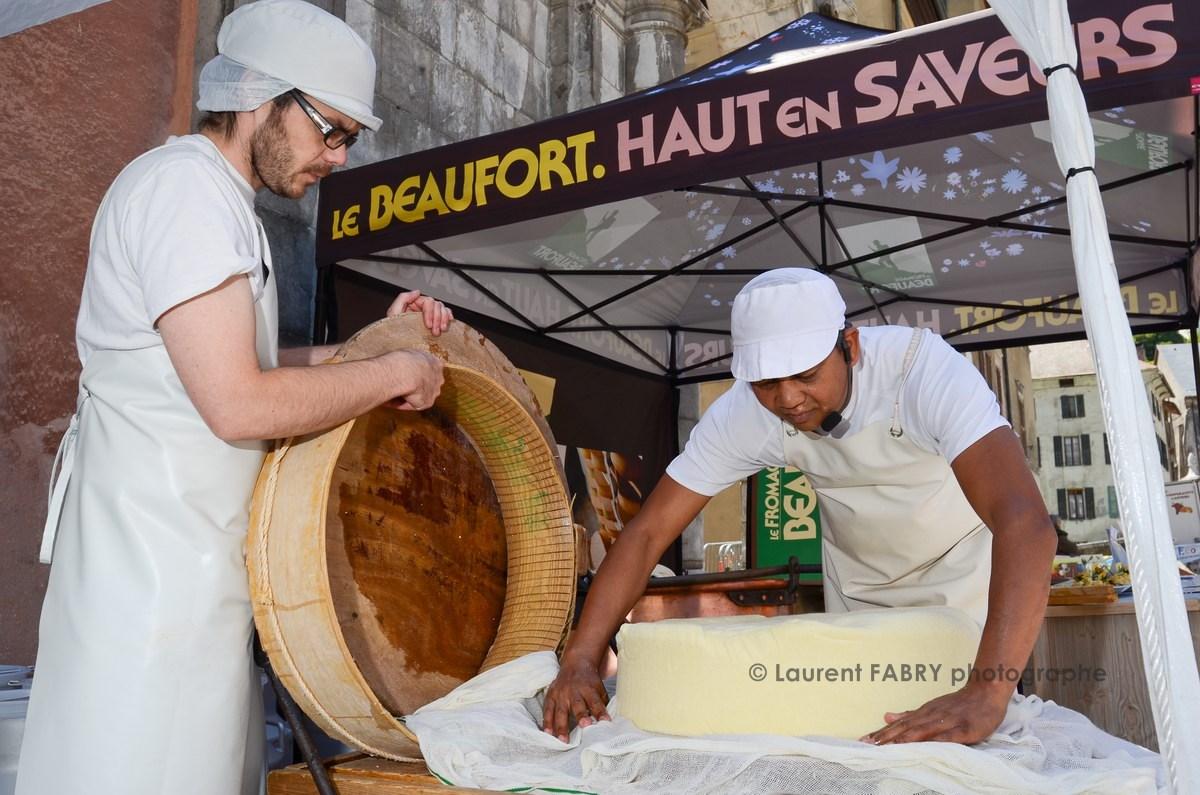 Photographe tourisme en Tarentaise : démonstration de fabrication du fromage par les producteurs de Beaufort