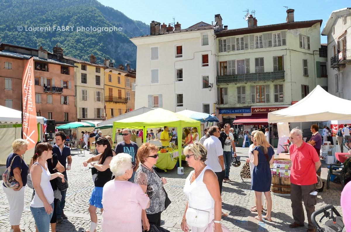 Photographe tourisme en Tarentaise : ambiance estivale sur le village des vins, des producteurs et des artisans