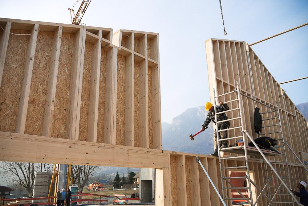 Photographe De Chantier En Combe De Savoie : à Saint-Pierre D'Albigny : Les Panneaux En Bois Constituant Une Cloison Sont Ajustés