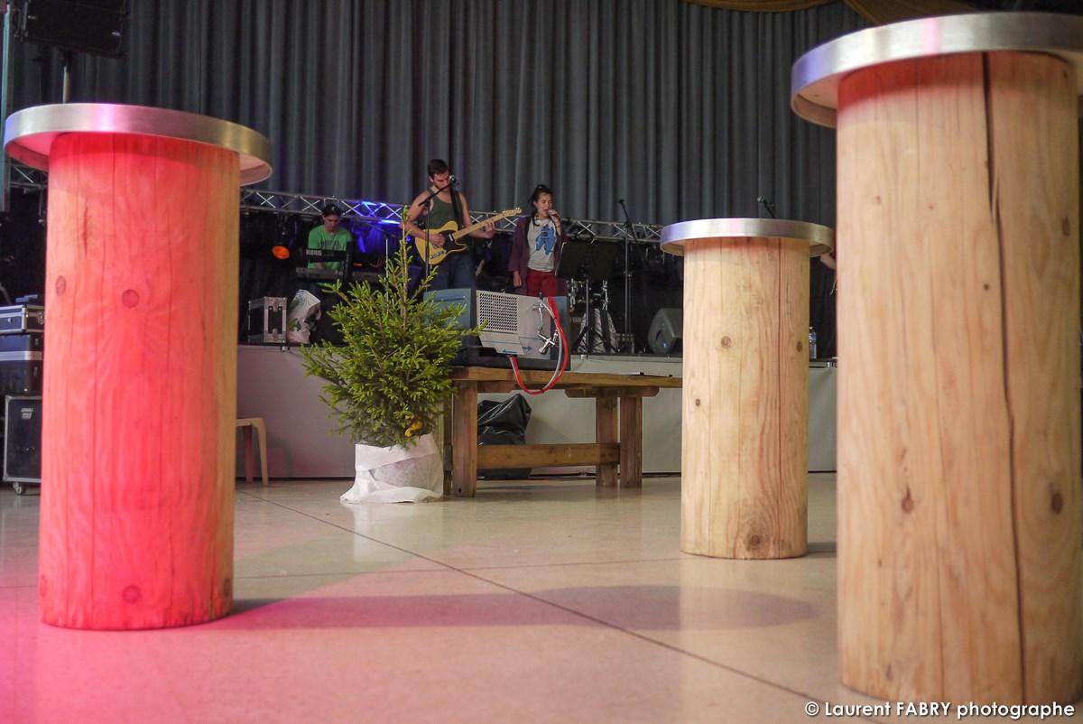 Photographe événementiel à Albertville : Les Mange-debout Dans La Salle De Réception