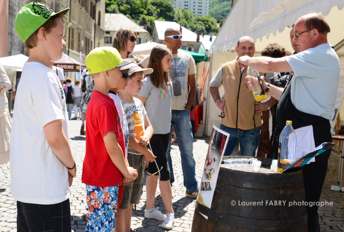 Photographe tourisme en Tarentaise : dégustations de jus de fruits sur le village des vins, des producteurs et des artisans