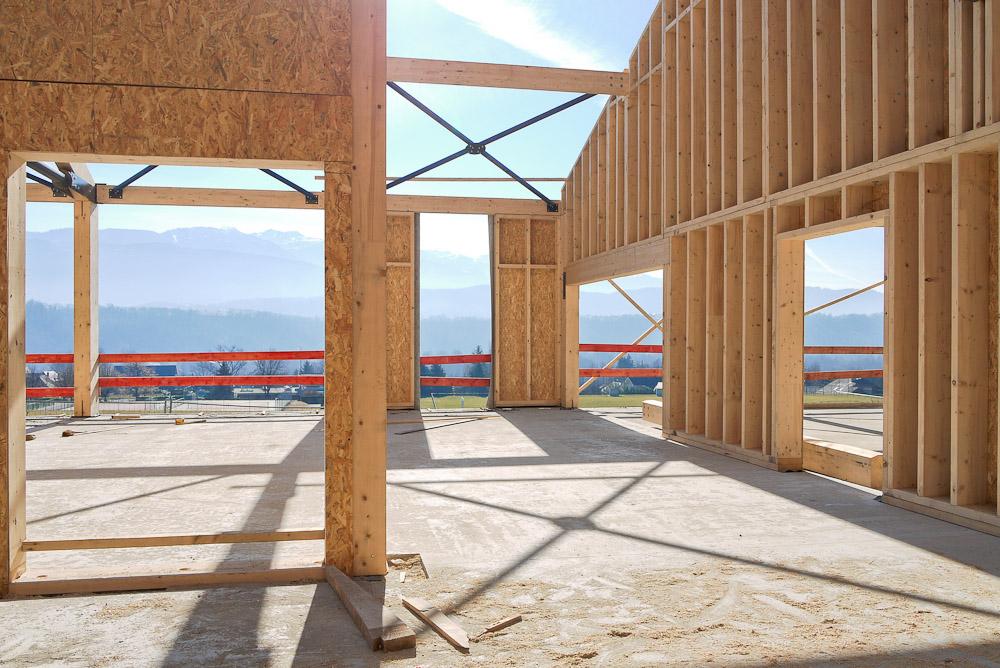Photographe De Chantier En Combe De Savoie : à Saint-Pierre D'Albigny : Les Panneaux De Séparation Des Différentes Pièces Laissent Passer Le Soleil