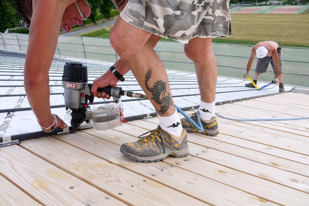 Photographe De Chantier En Combe De Savoie : à Saint-Pierre D'Albigny : Fixation De La Couverture à L'aide D'outils à Air Comprimé Et De Pinces