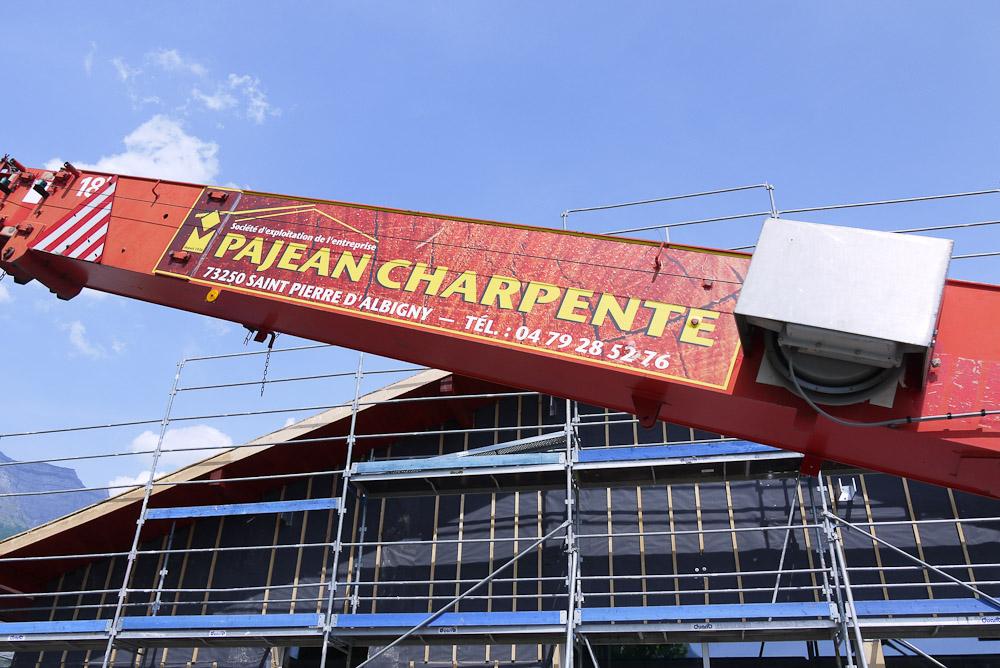 Photographe De Chantier En Combe De Savoie : à Saint-Pierre D'Albigny : Bras De L'élévateur Devant La Façade Inachevée Du Bâtiment
