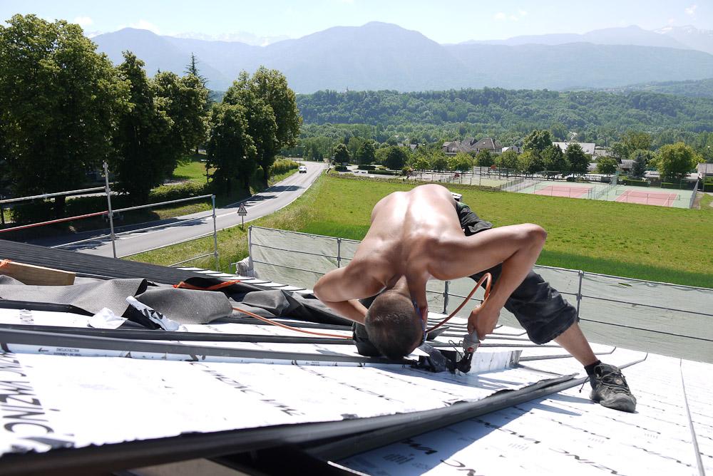 Photographe De Chantier En Combe De Savoie : à Saint-Pierre D'Albigny : Sous Le Soleil D'été, Les Ouvriers Soudent Les éléments De La Toiture
