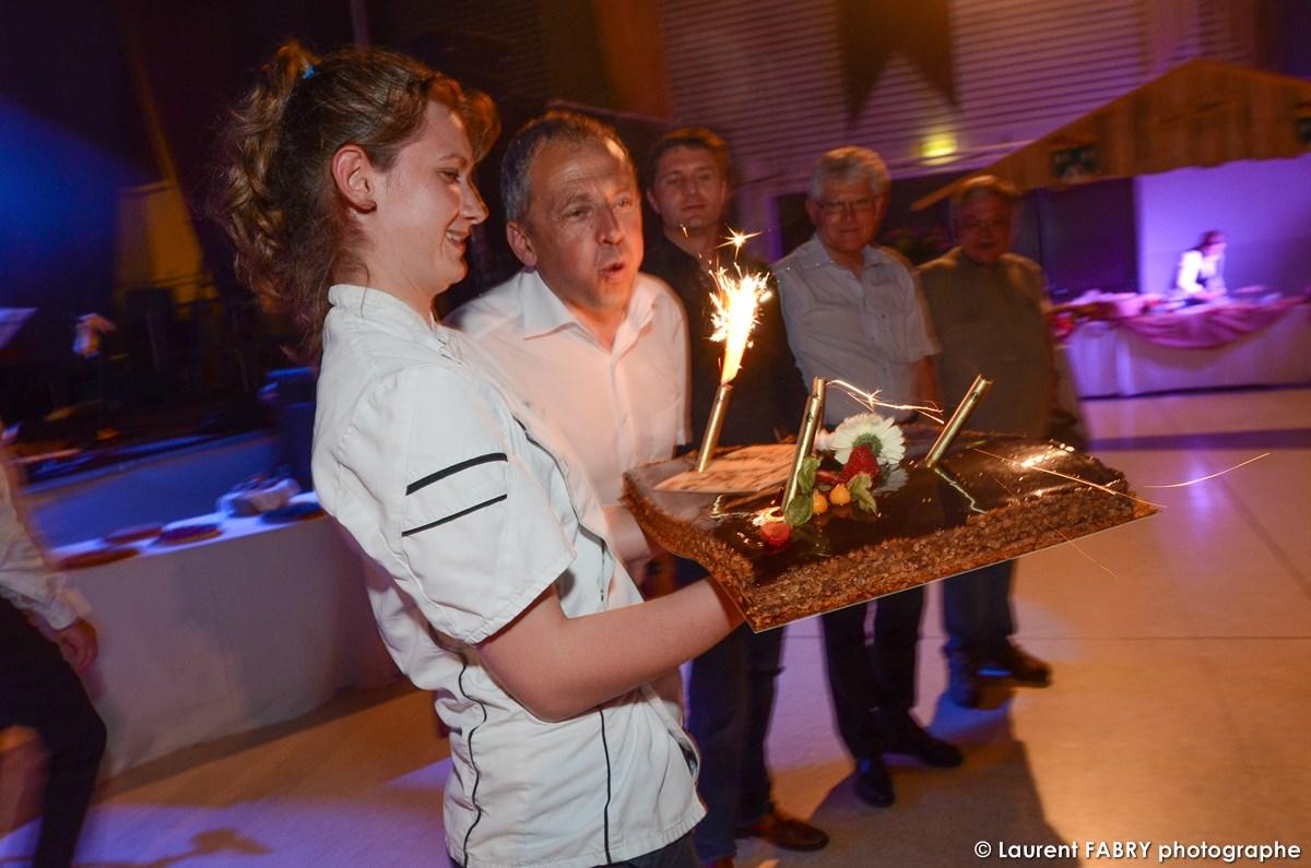 Photographe événementiel à Albertville : Les Dirigeants Et Fondateurs De La Société Soufflent Leur Gâteau D'anniversaire
