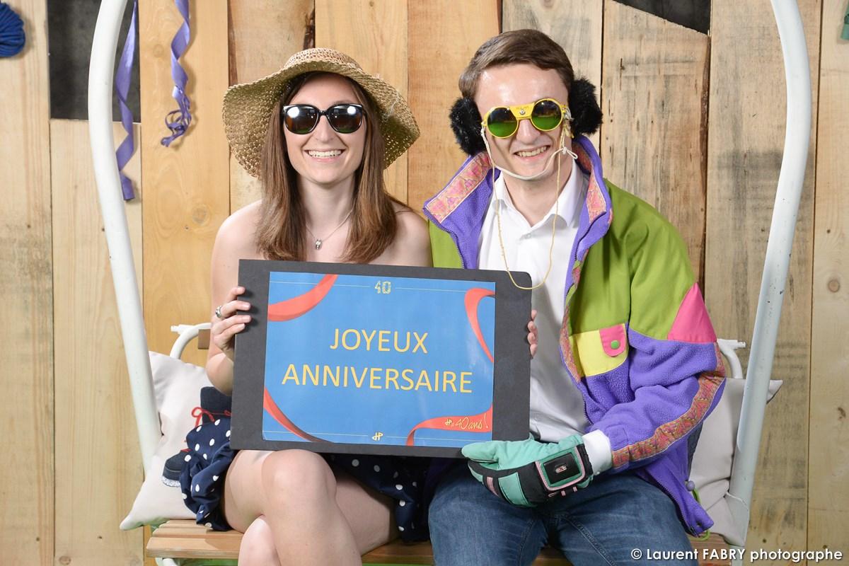 Photographe événementiel à Albertville : Shooting Pour Ce Couple Déguisé En Les Bronzés Font Du Ski