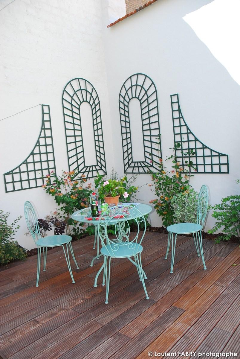 Photographe Architecte Paysagiste : Petite Terrasse En Bois Dans L'angle Du Jardin Formé Par Les Murs Des Voisins