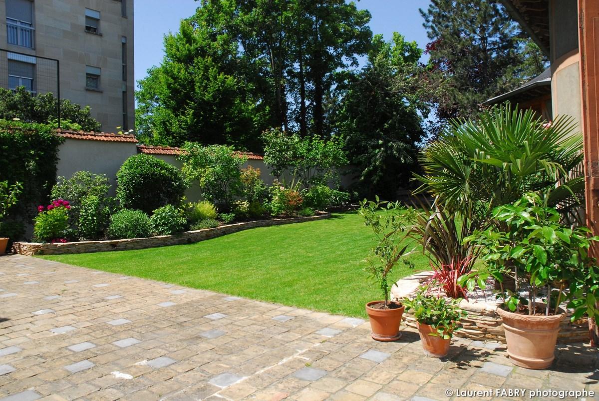 Photographe Architecte Paysagiste : Terrasse, Bordures, Pots Et Gazon Dans Le Jardin D'un Particulier