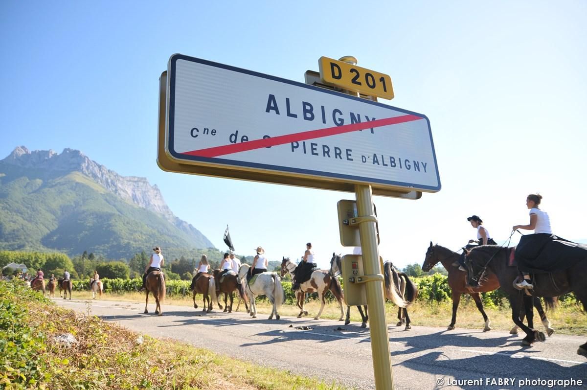 Une équipe De Cavaliers Remonte La Route Depuis Albigny Lors Du Rallye équestre, Face à La Dent D'Arclusaz