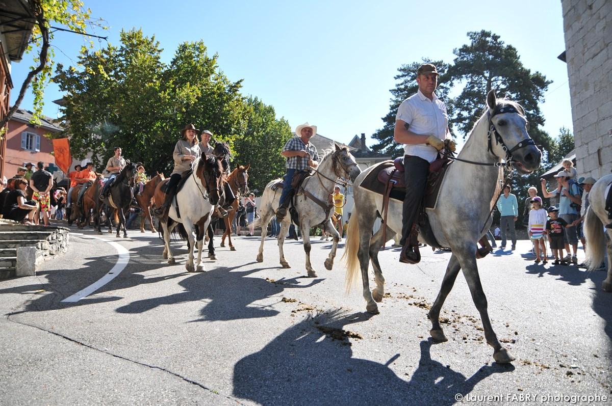 Les Cavaliers Défilent Sur La Place De L'église Devant Les Passant Et Le Photographe De Tourisme équestre à Saint-Pierre D'Albiny