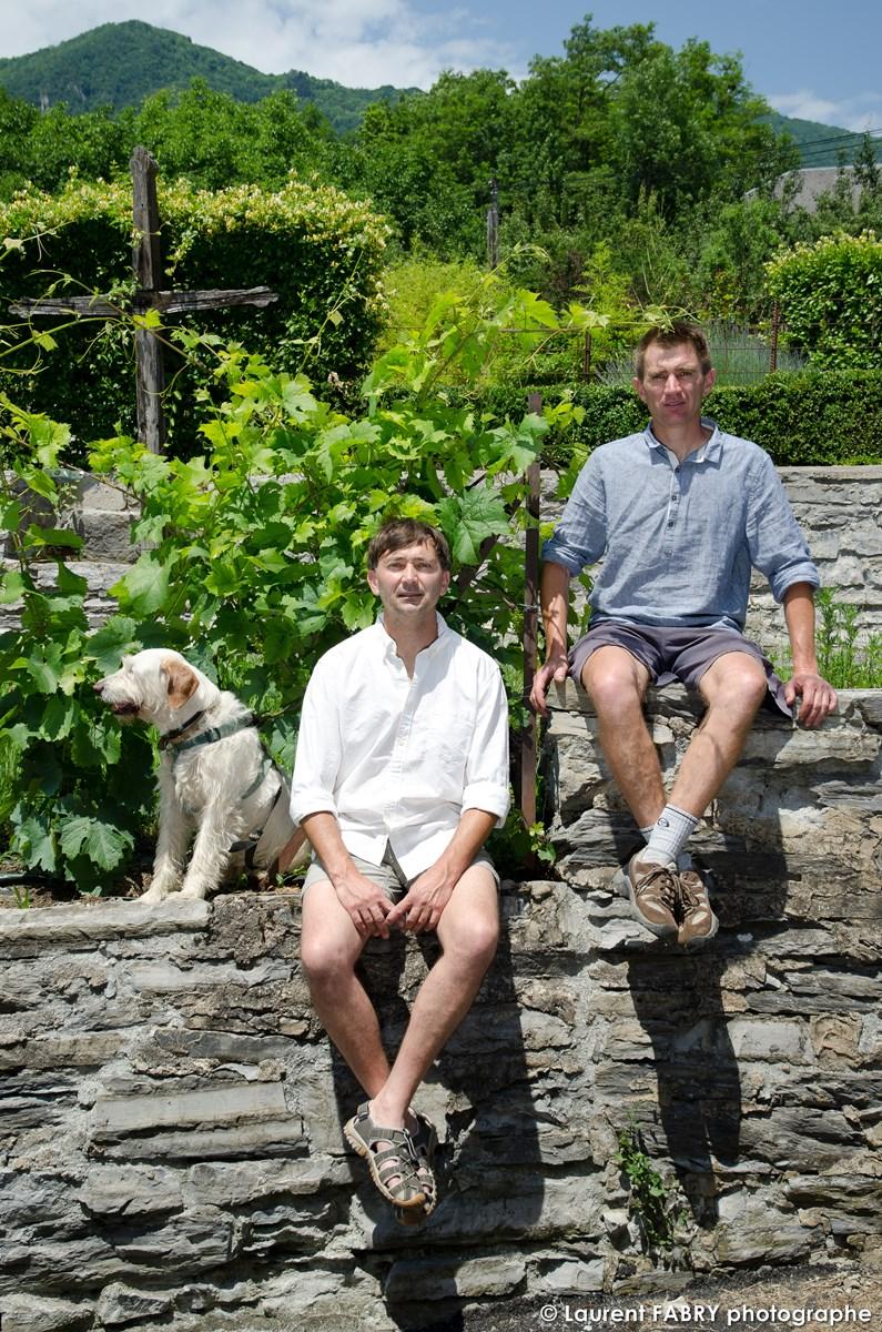 Deux Frères Vignerons Posent à Saint-Pierre D'Albigny Pour Leur Portrait Professionnel