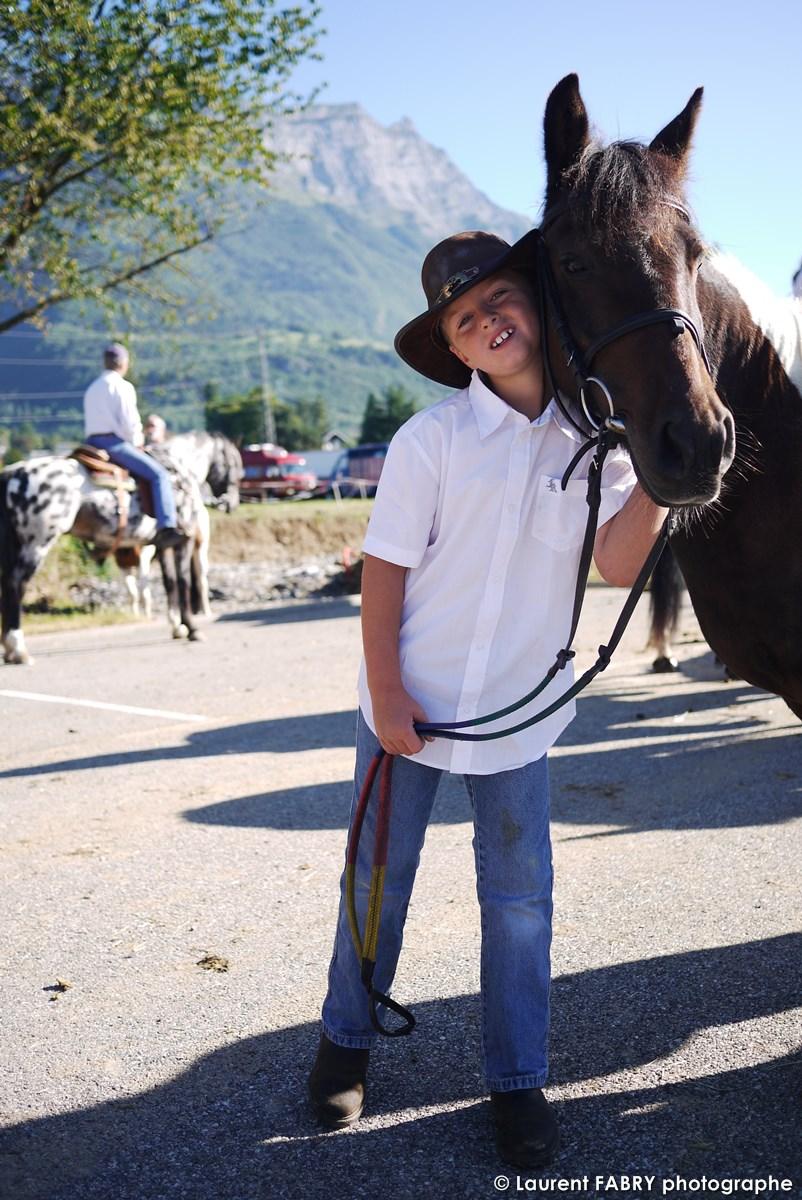 Le Photographe De Tourisme équestre Réalise Le Portrait D'un Jeune Cavalier Sur Son Cheval Au Rallye Savoie Mont Blanc