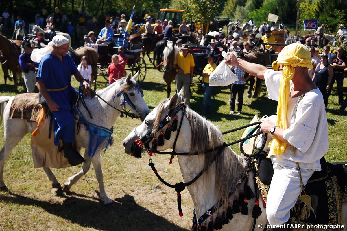 Reportage Photo Du Photographe De Tourisme équestre : Cavaliers Costumés Montant Leurs Chevaux