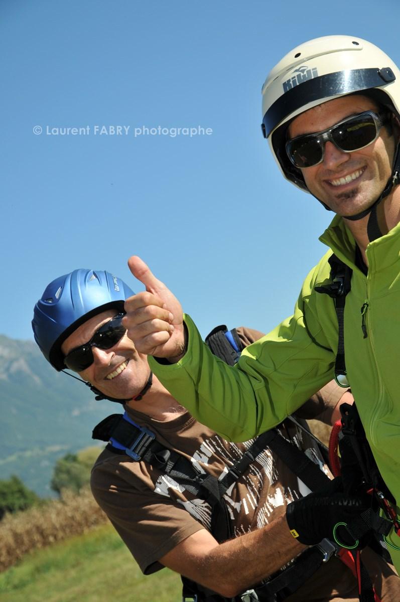 Photographe De Parapente En Combe De Savoie : Un Pilote Parapentiste Biplaceur Et La Personne Avec Qui Il Vient De Voler En Combe De Savoie