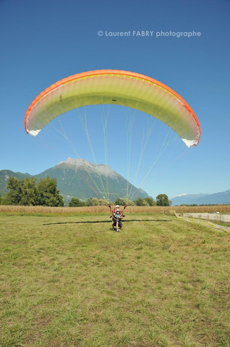 Photographe De Parapente En Combe De Savoie : Atterrissage D'un Parapente Biplace Devant La Dent D'Arclusaz En Combe De Savoie