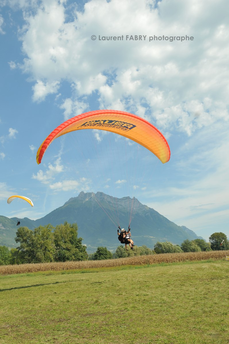 Photographe De Parapente En Combe De Savoie : Atterrissage D'un Parapente Biplace Devant La Dent D'Arclusaz
