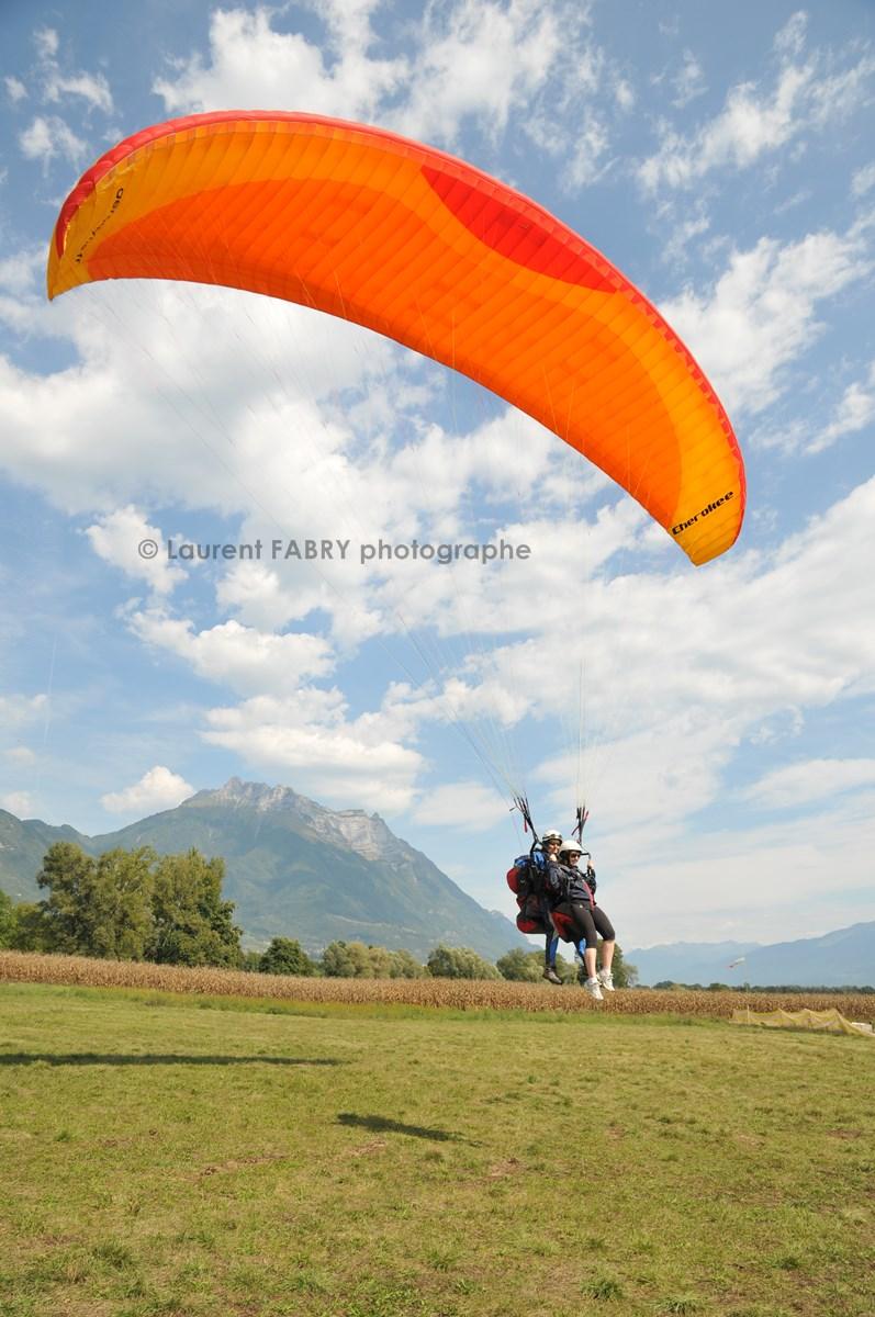 Photographe De Parapente En Combe De Savoie : Arrivée D'un Parapente Biplace Devant La Dent D'Arclusaz