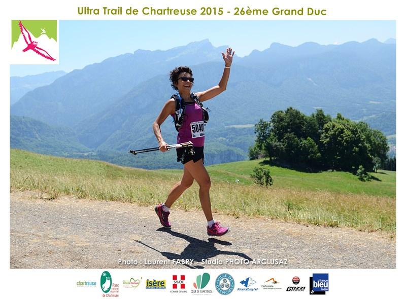 Photographe De Trail En Chartreuse : Le Salut De La Traileuse Au Photographe De Trail Qui Bosse En Plein Soleil Sans Bouger