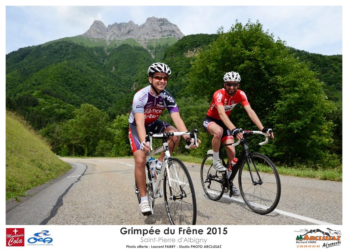 Photographe Cyclisme En Combe De Savoie : Deux Coureurs Redescendent La Route Du Col Du Frêne Sous La Dent D'Arclusaz
