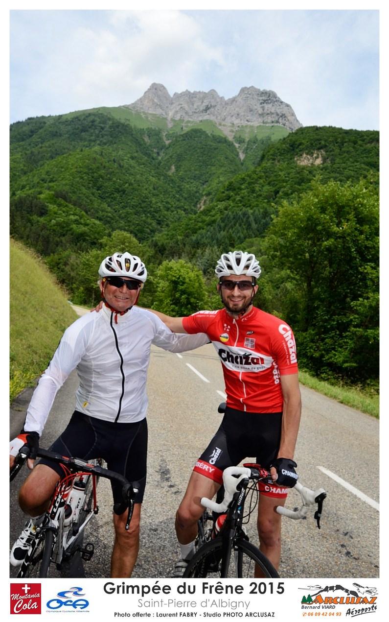Photographe Cyclisme En Combe De Savoie : Un Coureur Pose Avec Son Père à La Descente Après La Grimpée Du Frêne, Saint-Pierre D'Albigny