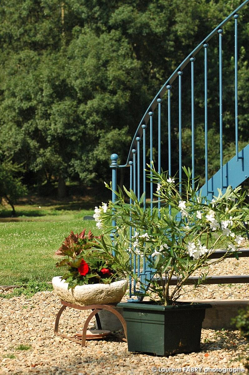 Entrée Indépendante Pour Les Hôtes Par Un Escalier Extérieur En Fer Forgé Donnant Sur Le Jardin Et La Rivière
