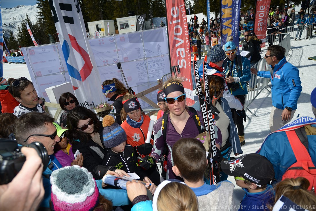 Photographe Sports De Ski Nordique En Savoie : La Biathlète Marie Dorin Habert Signe Des Autographes à Méribel