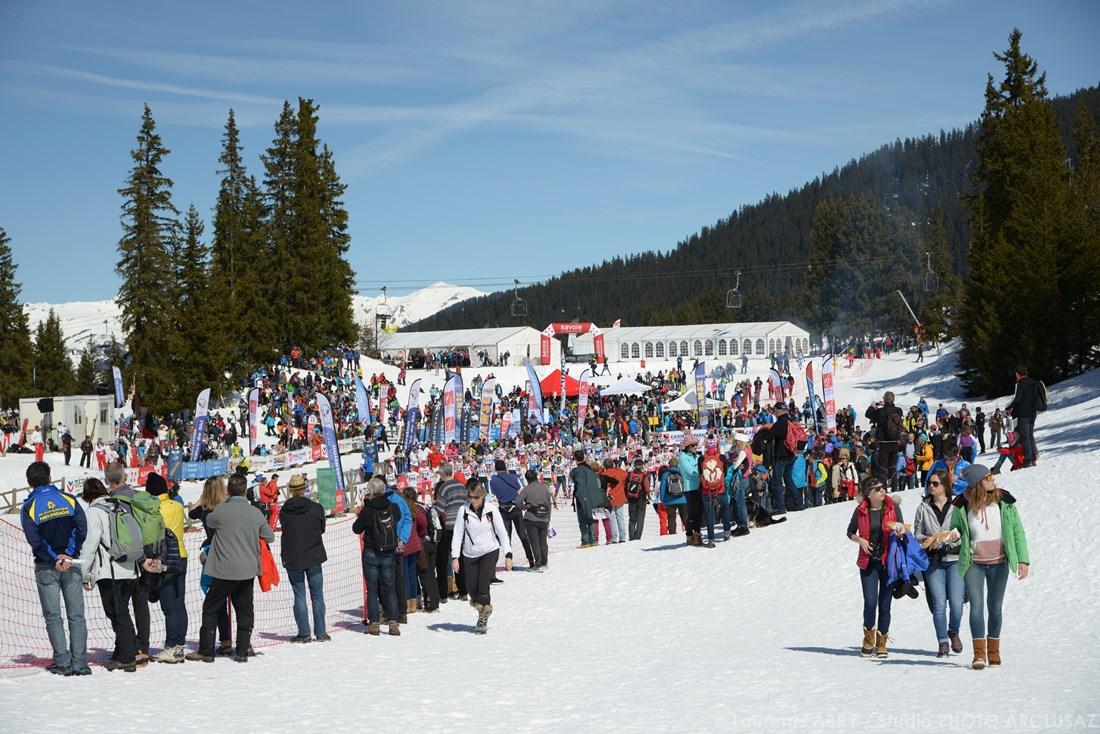 Photographe Sports De Ski Nordique En Savoie : Départ D'une Course De Ski De Fond Vu Depuis Le Public