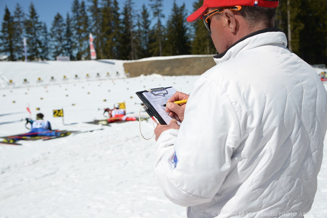 Photographe Sports De Ski Nordique En Savoie : Un Juge Sur Une épreuve De Ski De Biathlon à Méribel