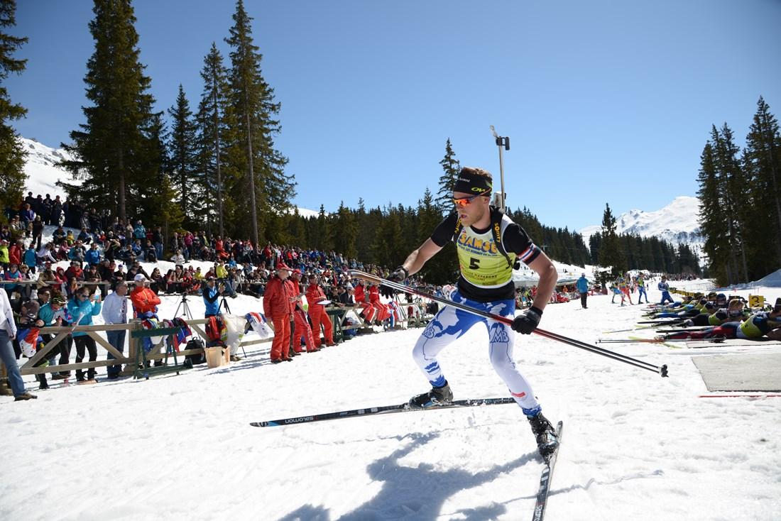 Photographe Sports De Ski Nordique En Savoie : Un Biathlète S'élance Après Avoir Effectué Son Tir