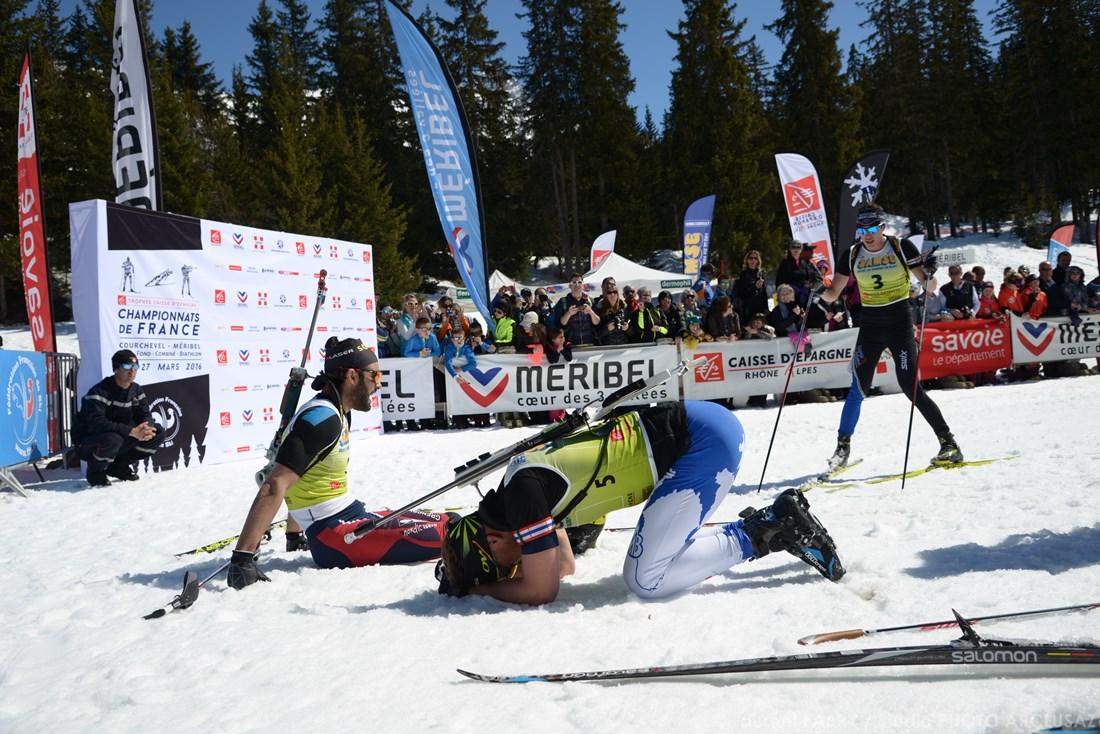 Photographe Sports De Ski Nordique En Savoie : Les Biathlètes Finissent Exténués Sur La Ligne D'arrivée De Leur Course