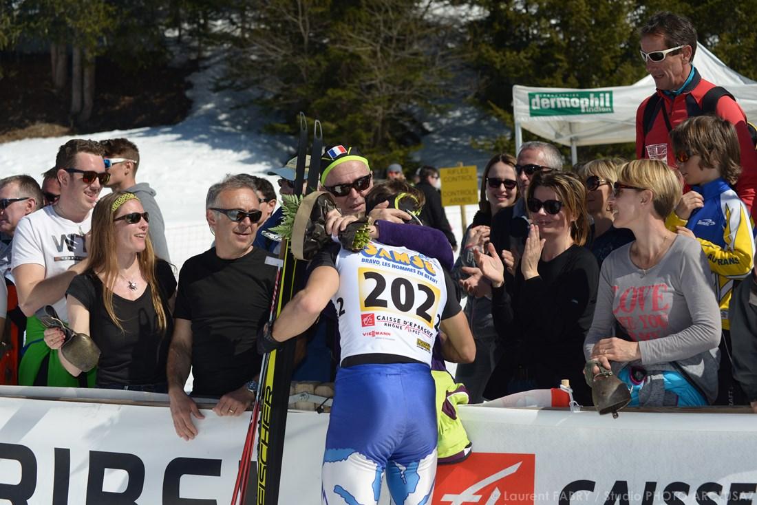 Photographe Sports De Ski Nordique En Savoie : Les Spectateurs Embrassent Un Coureur De Biathlon Après Sa Course