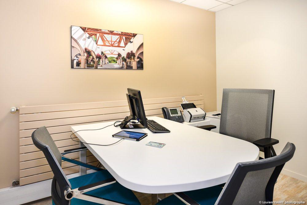Des Tableaux Photos En Décoration Dans Les Bureaux D'une Agence De Banque (photographe Pro)