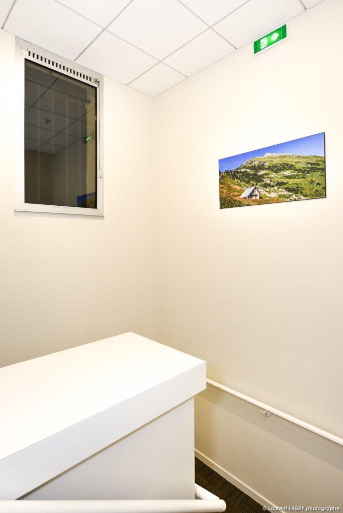 La Photo D'un Photographe Local En Combe De Savoie Dans L'escalier D'une Agence De Banque