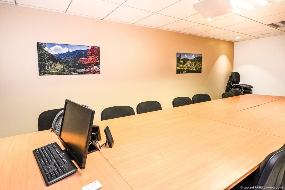 Plusieurs Photos De Décoration De Bureaux Dans La Salle De Réunion D'une Agence Bancaire