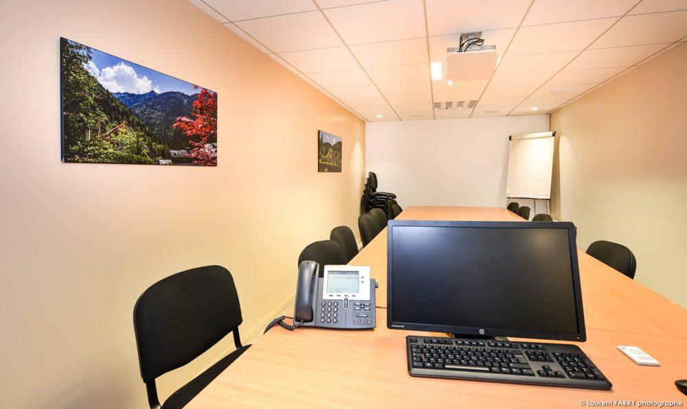 Le Travail Du Photographe De Décoration De Bureaux Visible Dans La Salle De Réunion